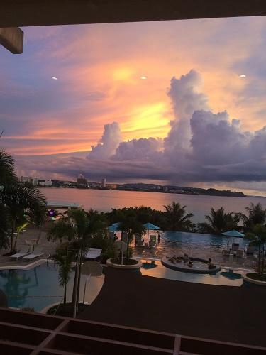 ロッテホテルグアムのクラブラウンジからの夕日